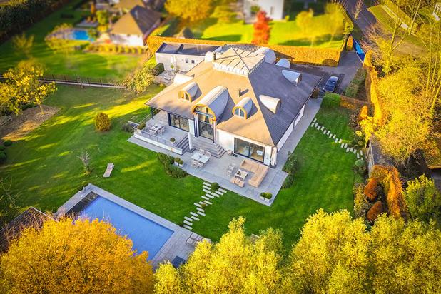 Ruime villa met 6 slaapkamers en zwembad te Roeselare