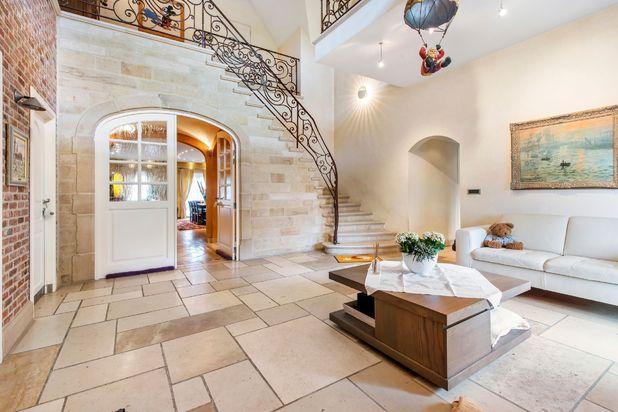 Uiterst ruime en gezellige villa met privé oprijlaan in een rustige buurt op een boogscheut van het centrum van Roeselare!