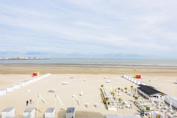 Luxueus appartement gelegen op de Zeedijk van Heist met maar liefst 8 m raampartij frontaal zeezicht.