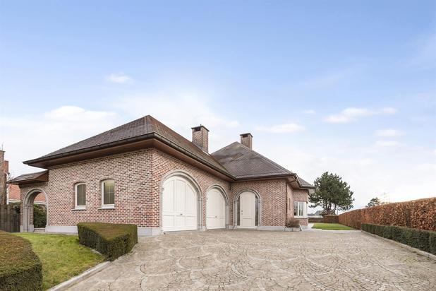 TE KOOP: Instapklare villa met tennisveld te Wieze
