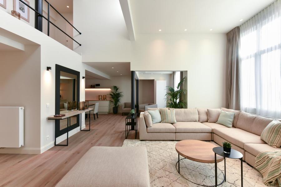 Appartement luxueux, meublé, (10m de largeur) situé au centre de Knokke. Garage et emplacement (3 voitures)