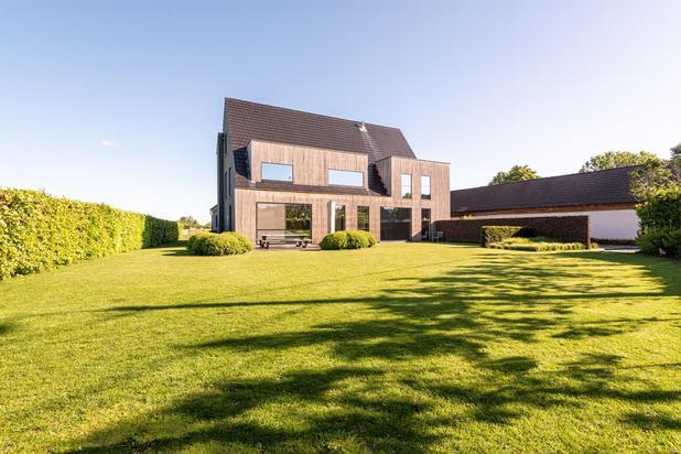 Hedendaags wonen op het platteland op een terrein van 3139 m2 met apart bijgebouw