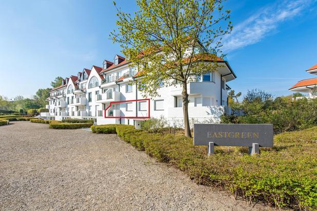 Uiterst goed georienteerde gelijkvloers appartement met zonovergoten terras en tuin in het prachtige domein van de Tennis Gardens