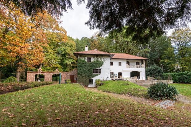 Authentiek landhuis met buitenlands karakter op een parkdomein van 7970 m2