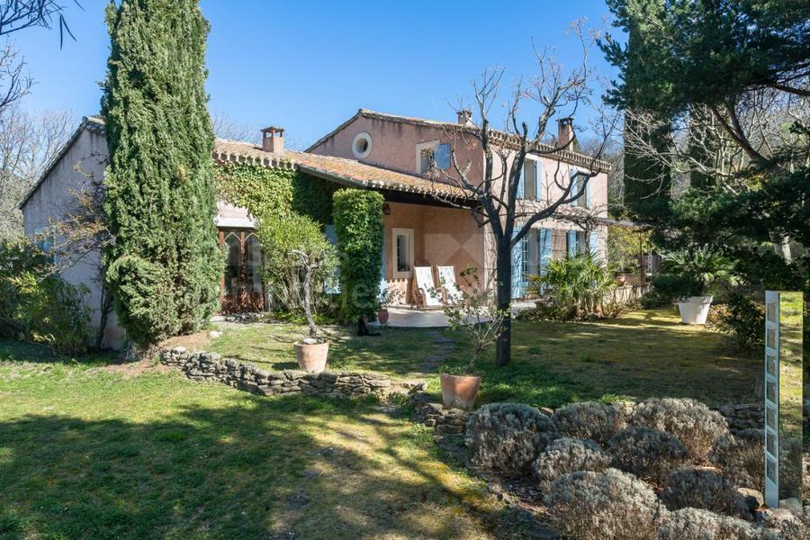 Villa à vendre au coeur du village de Lagnes