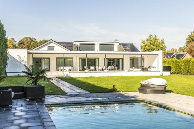 Modern Luxury Villa with Indoor and Outdoor Wellness Facilities on a Plot of 4.744m