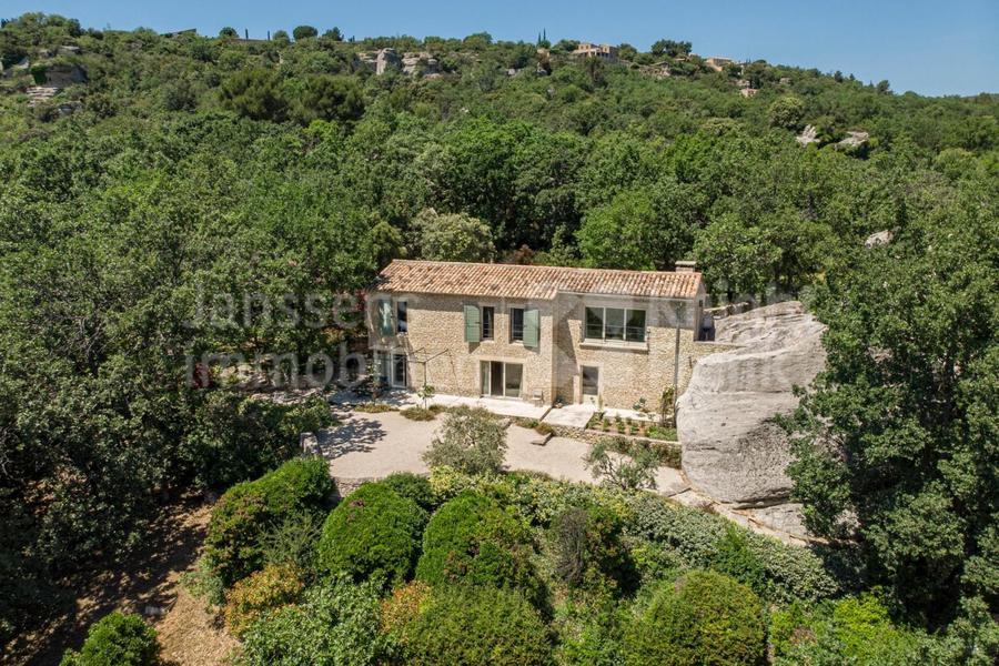 Villa en pierre avec vue époustouflante et piscine à vendre à Gordes