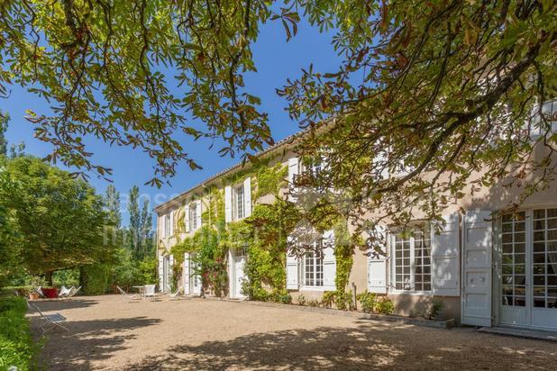 Ancien château du 17e à vendre avec piscine et tennis proche de Banon