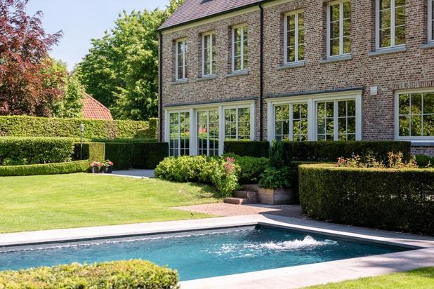 Statige villa in parktuin met zwembad