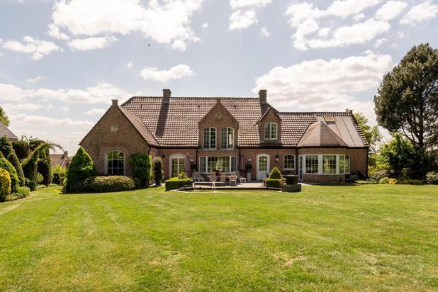 Karaktervolle villa op een terrein van 4998 m2 te midden een oase van groen te Tielrode