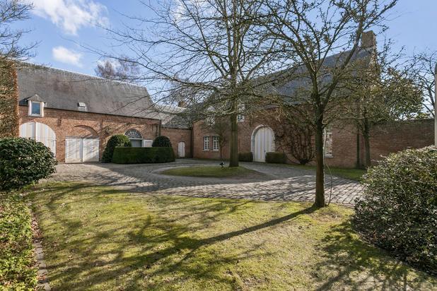 Riante kasteelvilla met binnenzwembad en praktijk/kantoor op  5' van centrum Gent