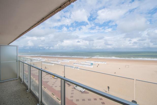 Bijzonder goed gelegen, verzorgd 3-slpk. appartement met terras, gelegen op de Zeedijk Zoute, in een prestigieuze residentie, op enkele passen van het Albertplein...