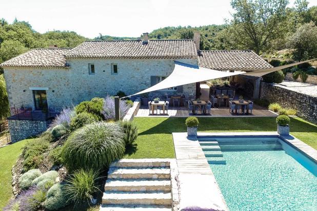 Propriété en pierres avec piscine, dépendances et spa à vendre dans le Luberon