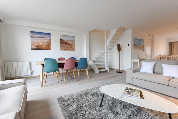 Centraal gelegen triplex-appartement (130m²) + terrassen op slechts enkele stappen van het Van Bunnenplein en het strand.