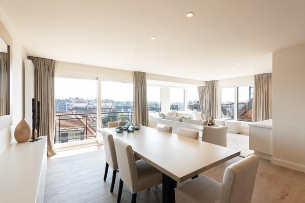Smaakvol gerenoveerd en gemeubileerd 3-slpk.appartement, met uitzonderlijk zonneterras, gelegen langs de J.Nellenslaan, op enkele passen van de Zeedijk en het Rubensplein...