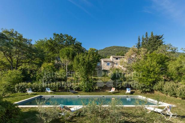Propriété de campagne avec piscine et vue sur le Luberon à vendre à Bonnieux