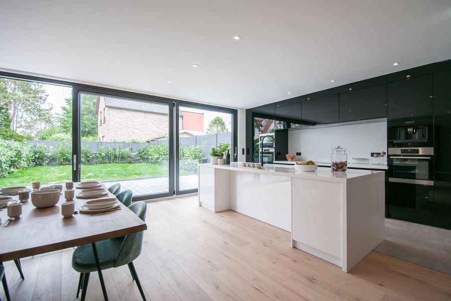 Zeer ruime en volledig gerenoveerde woning, gelegen op enkele passen van het Witte Duivenhof in het oude Knokke...