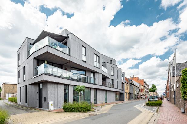 Perfect afgewerkt penthouse met 100 m² terras in hartje Lichtervelde + 2 staanplaatsen