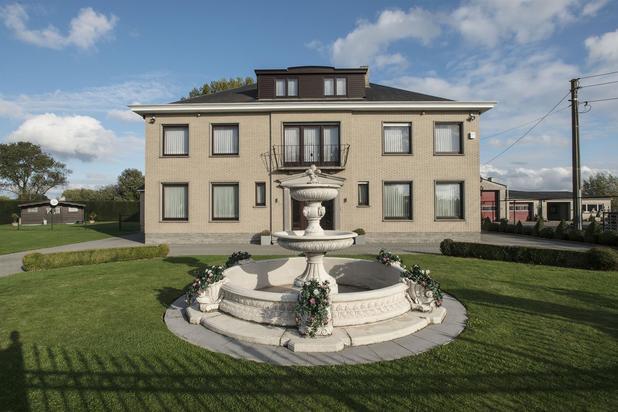 Te koop : Exclusieve villa met handelsruimte en 5 slaapkamers, tuin en terras te Wichelen op toplocatie.