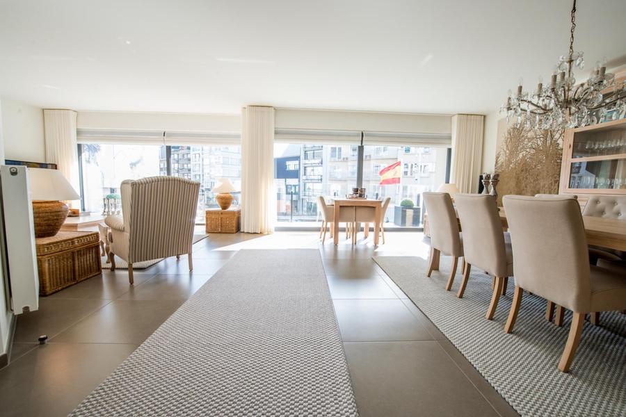 Ruim (140m²) ongemeubeld appartement met open zicht gelegen op de Lippenslaan.