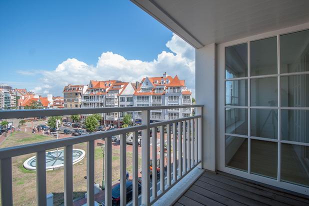 Heel mooi, recent 2-slpk. appartement met terras, uitstekend gelegen op het Driehoeksplein, op enkele passen van de Zeedijk en de Kustlaan...