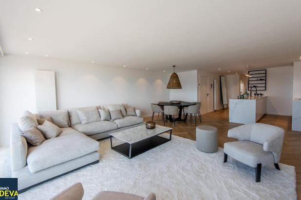 Prachtig afgewerkt appartement met frontaal zeezicht en inpandige garagebox mogelijk.
