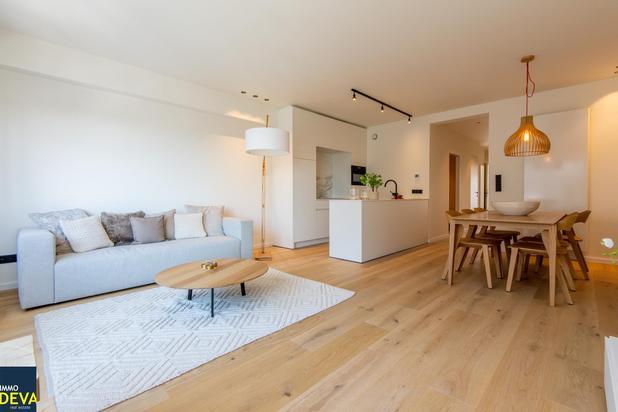 Zuid-west gericht appartement met aangenaam zicht gelegen op 50 meter van het strand. Ruime parking te koop in het gebouw