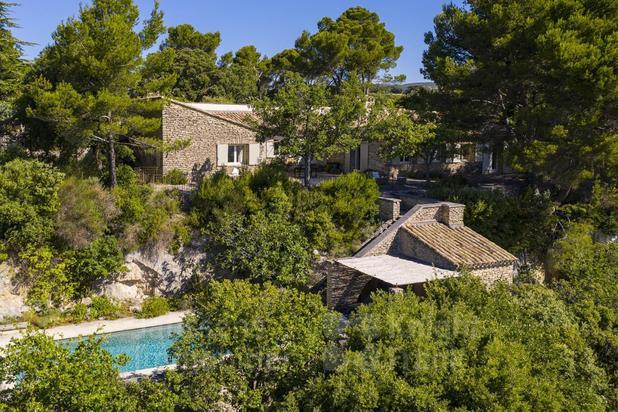 Maison en pierre avec vue et piscine à vendre dans le Luberon