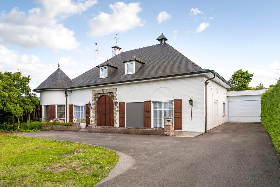 Statige villa met grote, aangename tuin