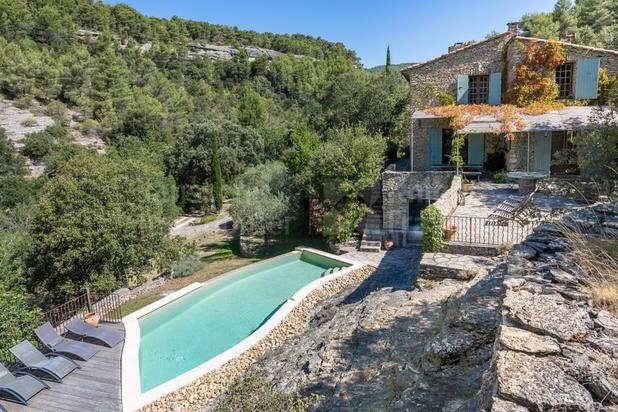 Maison en pierre avec piscine à vendre à Saumane de Vaucluse