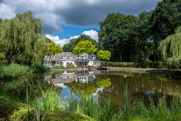 Ruime klassieke villa op 8.240 m² met prachtige tuin en vijver
