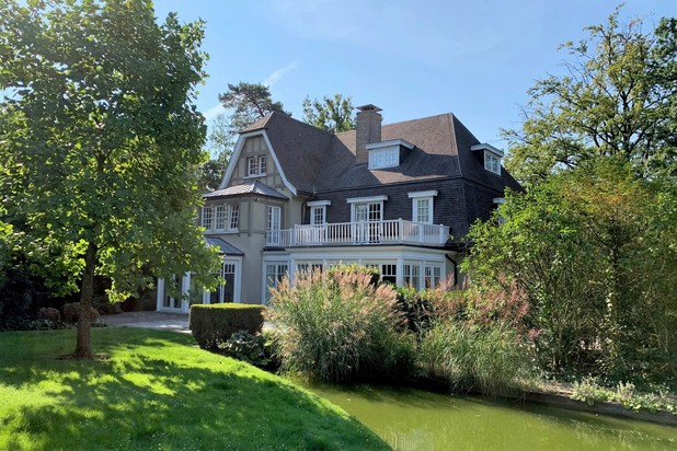 Magnificent house of 850 m² with garden and indoor swimming pool