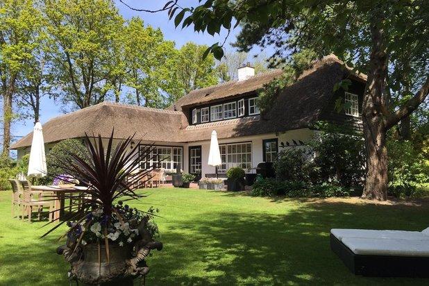 Rietgedekte villa in groene oase