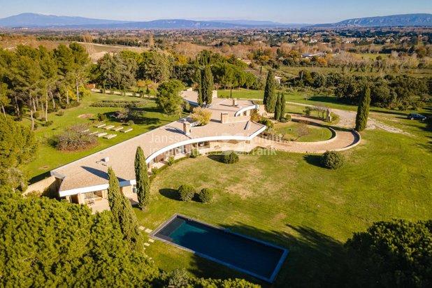 Villa contemporaine avec superbe vue sur les Alpilles