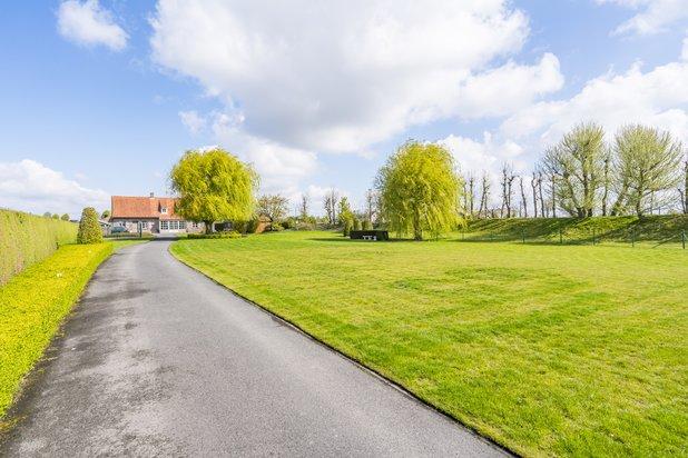 Landelijk gelegen villa op zeer ruim perceel nabij centrum Pittem
