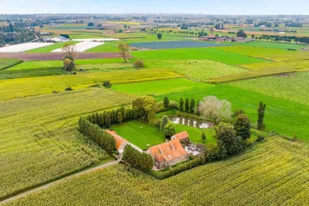 Riante landelijke villa met bijgebouwen omgeven door rust en groen