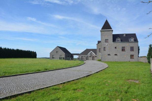 Cete belle demeure sur 3 Ha est située entre Saint Gérard et Maredsous