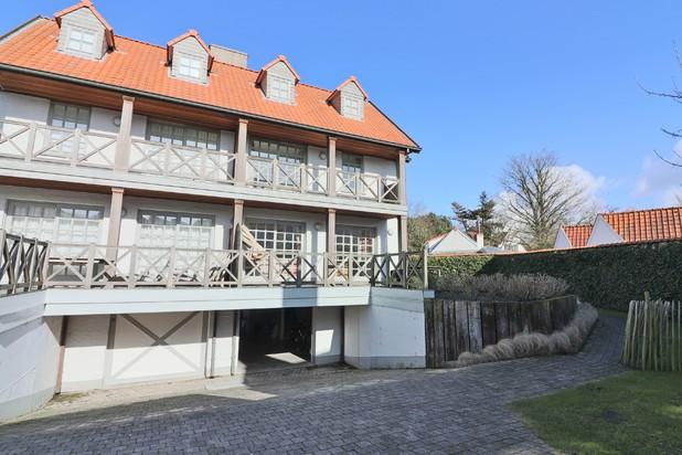 Jolie villa jumeléé de 264 m² habitables datant de 2005, en parfait état.